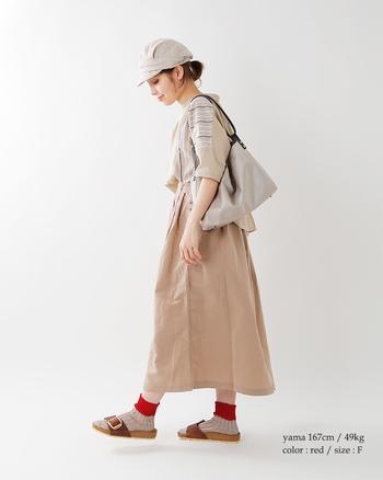 バイカラーのリネン靴下は、履き心地も最高。大人ナチュラルな印象に仕上げたい場合におすすめです。サンダルに合わせると、バイカラーが映え、ハイカットシューズに合わせても、足首からちらっと見えるカラーがかわいい。
