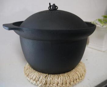 鉄釜は、釜の中の温度を一定に保ちやすく、土鍋よりも早く高温になり、アルミよりも蓄熱性に優れいているため、炊きあがりにむらができないというメリットがあります。