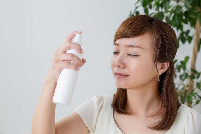 メイク直しで肌が乾燥してしまうと「お疲れ顔」の原因に。ミストで潤いをチャージしながら皮脂や汗を取りましょう。ミストを吹きかけた後はティッシュで軽く押さえるようにして汚れを吸い取ります。