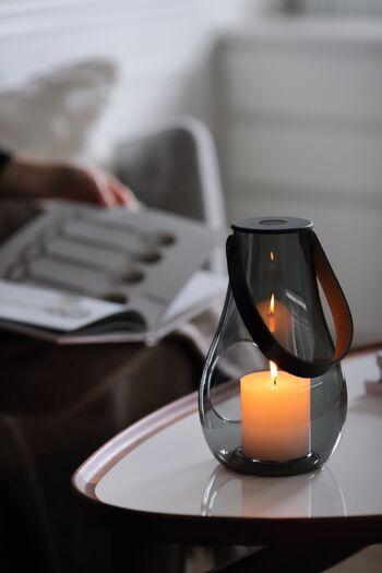 お部屋の明かりを消して、キャンドルだけを灯すと一気に特別な空間に早変わり。ほんの小さな炎なのに、その揺らぎは不思議と心を落ち着かせてくれる力を持っています。