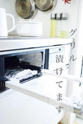 キッチンのグリルの場合には、こんな風にキッチンペーパーに洗剤液を浸したもので「オキシパック」すると◎。しばらく放置しておくだけで、簡単に綺麗にできるそうです。「オキシウォッシュ」は洗濯からお掃除まで、幅広い用途に活躍してくれますよ。