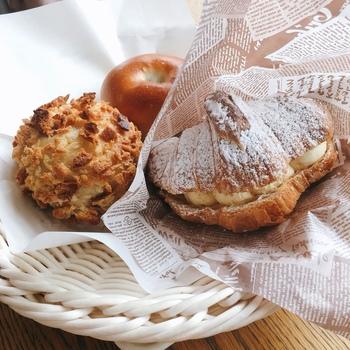 左から『豆カレーパン』『徳多朗あんぱん』『オレンジクリームクロワッサン』。