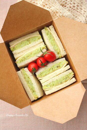 トーストの他にも、サンドイッチにするのもおすすめ。普通のポテサラだと真っ白になってしまいますが、アボカドをプラスしたものなら綺麗な若草色に。ピクニックに持っていきたい可愛さです。