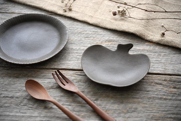 錆釉のりんご皿はシックなブラウンで、へたの部分のディテールがキュートです。濃色のお皿はテーブルの上でアクセントになりやすいので、銘々皿として手元に置いておくといいですね。