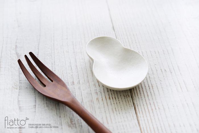 マトリョーシカを象った丸みのあるフォルムがとても美しい豆皿です。薬味やチョコレートをのせたり、副菜をほんの少量、ちょこんとのせるのも愛らしいですね。竹口要さんが作られたやわらかなオフホワイトの豆皿は、毎日使いたくなる手触りの良さもあります。