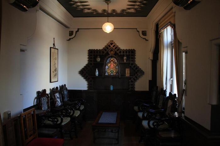こちらは待合室。天井、壁や、さりげなく置かれた椅子など、室内装飾もみどころがたくさんあります。