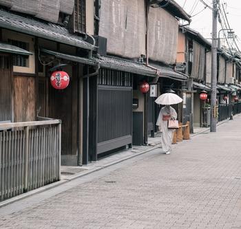 """今回ご提案する和散歩の舞台は、古都「京都」。  京都では日常的に着物を着て生活している方が多く、そのため、着物初心者さんも""""着物姿が目立つ""""ことを気にせずに町歩きを楽しめるはず。"""