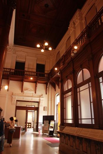 京都文化博物館の本館は入館料が生じますが、お目当ての別館(ホール)の内部見学は無料です。  洋館建築ならではの、レトロモダンな雰囲気でいっぱい。