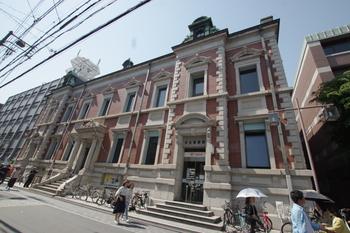 京都文化博物館の目と鼻の先、三条通りと東洞院通の交差点に建つ「中京郵便局(なかぎょうゆうびんきょく)」。  こちらも、京都市登録有形文化財。辰野氏の設計ではありませんが、こちらも見ごたえのあるレンガ造りの郵便局です。