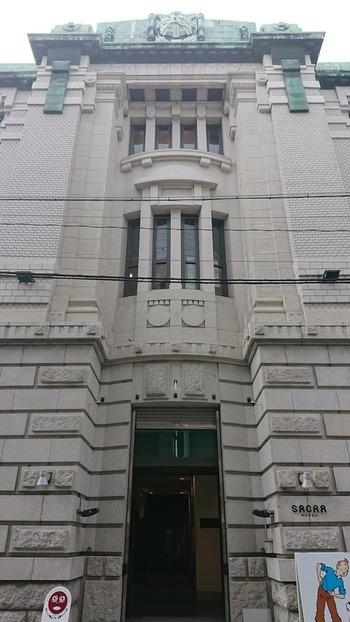 中京郵便局と同じく、三条通沿いにあるのが、大正5年竣工の「SACRAビル(旧不動貯金銀行京都支店)」。  内部はリニューアルされ、お店が入居するテナントビルとなっていますが、国の登録有形文化財。