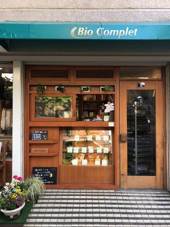 対面販売スタイルのテイクアウト店です。  店頭ではオーガニック小麦(全粒粉、玄麦)などの製パン材料も販売。