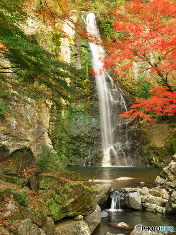 箕面大滝に着いたら、滝壺付近まで近づいてみましょう。ここでは、森林浴だけでなく、マイナスイオンをたっぷりと浴びることもできますよ。