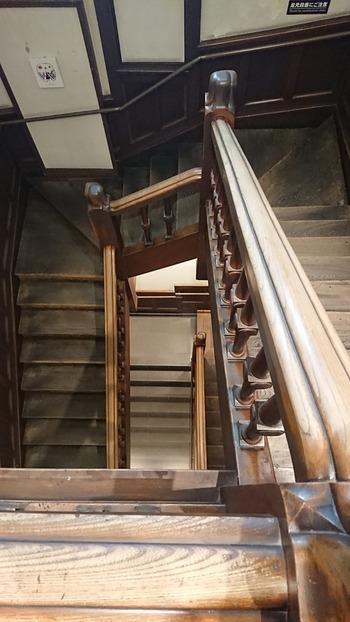 とくに階段と踊り場が素敵なんですよ。  SACRAビルには日本製工芸品のお店「職人.com」も入居していますので、よかったらぜひ立ち寄って、写真におさめてくださいね。