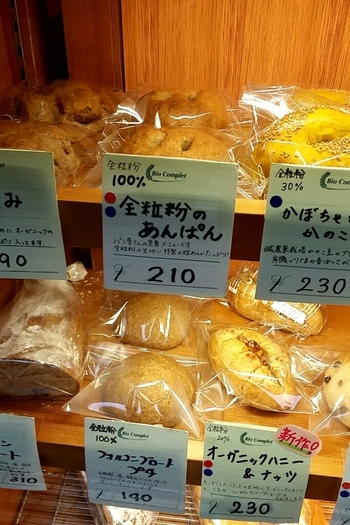 カードに全粒粉のパーセンテージなどが丁寧に記載され、選びやすい♪ 石臼で自家製粉したての小麦を使うパンは、口に優しく繊細な味わいです。