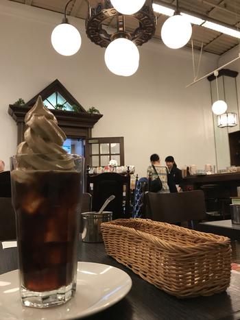 館内には、カフェ「前田珈琲」が入っています。歴史ある建物のなかで、味わい深い淹れたてコーヒーをいただくのもよいですね。