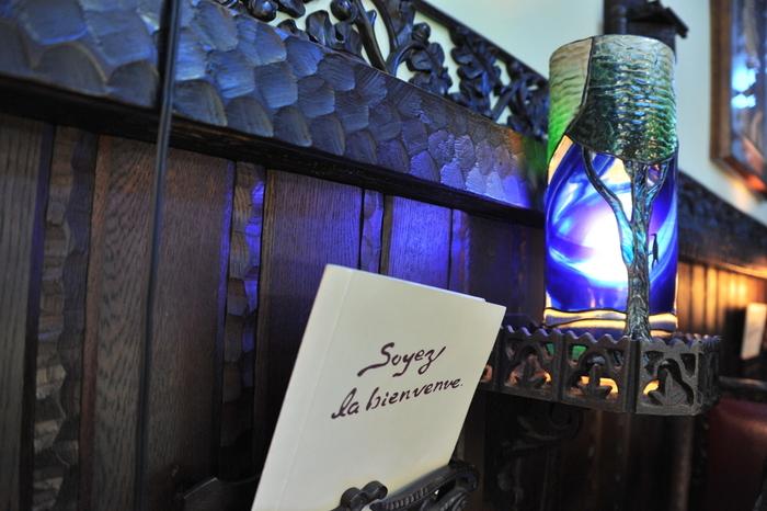 """よく知られている""""レトロ""""のイメージのみならず、幻想的な雰囲気も楽しめることで有名な「喫茶 ソワレ」。昭和23年創業の老舗喫茶店です。"""