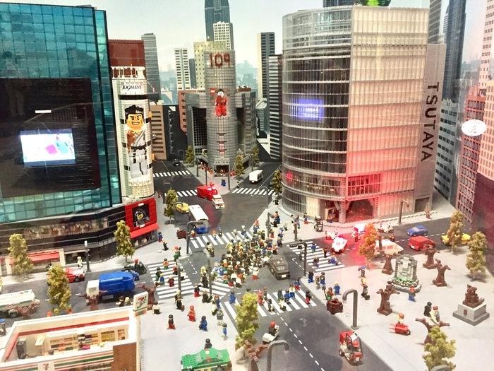 東京の名所を160万個以上のレゴブロックで再現した精巧なジオラマは、大人も釘付け。本物そっくりのビルやタワー、街を歩く人の様子もじっくり眺めてみましょう。