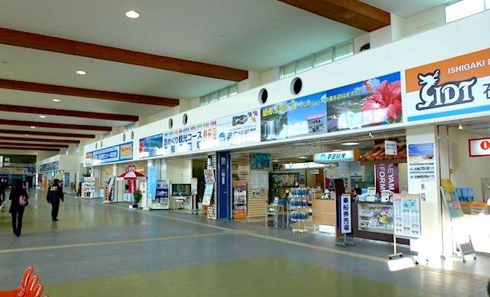 石垣市の中心部にある「石垣離島ターミナル」は、八重山の島を繋ぐ玄関口となっています。ターミナル内には画像のように船会社やツアー会社のカウンターがあり、高速船のチケット購入や、離島でのアクティビティを申し込むことができます。たっぷり遊べる旅程中日には、石垣島を拠点にした離島観光にもぜひ挑戦してみましょう。