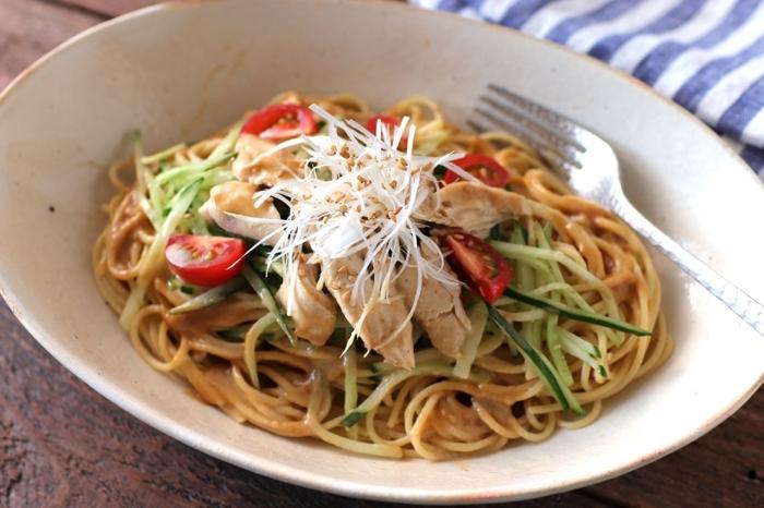 鶏のささみで作る冷静パスタです。しっとりと仕上げた鶏はヘルシーで、ダイエット中のママの強い味方。ごまだれ味は子どもでも食べやすいお味ですよね。