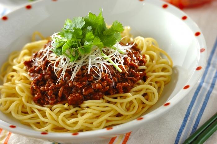 甘辛味の肉みそは、作り置きして冷蔵庫にキープしておけば、麺だけではなく、ごはんや野菜にもかけることができて、重宝します。中華麺は、しっかりと焼き色がつくくらい、焼き付けると香ばしさがプラスされて美味しくなりますよ。