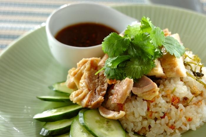 こちらも炊飯器で作ることができるというカオマンガイ風の炊き込みご飯です。鶏も一緒に炊飯器に仕込んでしまうので、本当に簡単。子どもと一緒に準備をすれば、ランチタイムがより楽しみになりそうです。