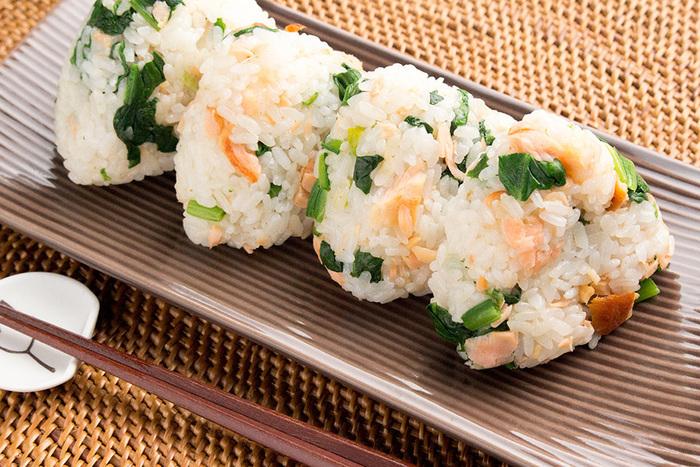 ベーシックな鮭のおにぎりにはほうれん草をプラス。彩りも栄養価もアップして、ママも安心ですね。鮭とほうれん草は真ん中に入れるよりも、ごはんに混ぜ込むほうが、小さな子どもでも食べやすく、たくさん食べてくれますよ。