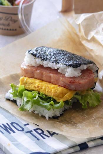 スパムと卵焼き、グリーンリーフをアレンジしたおにぎりバーガー。スパムの塩気でごはんが進みます。鮮やかなグリーンと黄色、ピンクに白と黒といカラーバリエーションの豊富さも人気の秘密です。