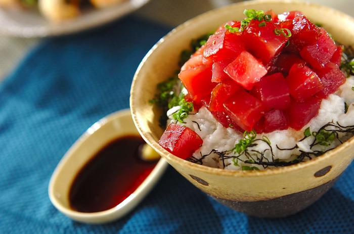 漬けマグロととろろをたっぷりとアレンジしたボリュームのあるひと品です。刻みネギと海苔で風味もアップします。マグロは漬けにしておくと、とろろとの絡み具合もよくなり、食べやすくなりますよね。