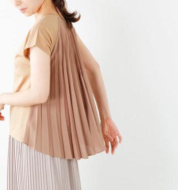 トップスやスカートなど、プリーツデザインのアイテムを一点取り入れるだけで、全身をグッと大人っぽい印象にアップデートすることができます。 今回はそんなプリーツデザインのアイテムのおすすめをピックアップしました。トップス・スカート・ワンピース別にご紹介しますのでお買い物の参考にしてみてください。