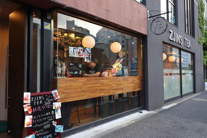 最後にご紹介するのは、渋谷にあるジュースバーZjins Tea。渋谷駅から青山学院や実践女子学園の方に8分ほど歩いたところにあります。ブラックを基調としたシックでクールな外観が目印です。