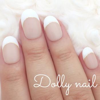 「フレンチネイル」は、爪先にホワイトを塗ったデザイン。清潔感があると人気です。ラメラインを引くとエレガントな雰囲気に仕上がります。