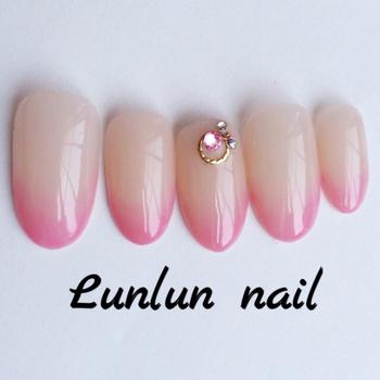 「グラデーション」は、爪の先端から根元に向かって色が淡くなっていくデザイン。ピンクの綺麗なグラデーションは、派手すぎず綺麗な手元を演出できます。