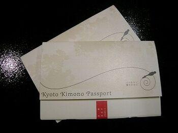着物姿(浴衣含む)で、<京都きものパスポート>提携のお店に行けば、割引を受けることができます。  たとえば、京都の寺院の拝観料や、美術館の入館料、和装のお店、飲食店でのお食事代、お土産などのお買い物が、ちょっとお得になりますよ。また着崩れしてしまったときに駆け込めば直してもらえる「着くずれレスキュー」という、サービスも。和散歩を安心して楽しむためのとっても心強いサポートです。