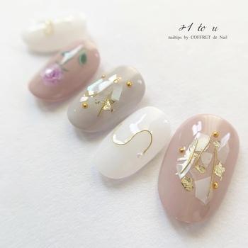 """「シェル」ネイルは、貝殻モチーフを使ったデザイン。特に人気なのが、貝殻を砕いた""""クラッシュシェル""""です。キラキラと上品な輝きが素敵ですね。"""
