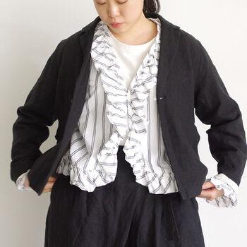 タンクトップの上に羽織ったり、ジャケットの下にアクセントとしてフリルを見せながら着こなしたりと着こなしの幅も広がりそうなストライプのブラウスは、細身のパンツでオフィススタイルにも、太めのデニムやロングスカートでオフスタイルにも合わせやすい便利な一枚です。