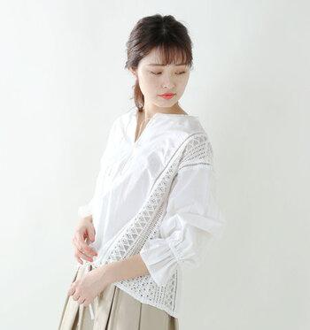 ラッセルレースと襟元のスキッパータイプが印象的なブラウスは、同系色で合わせてシックな印象に。
