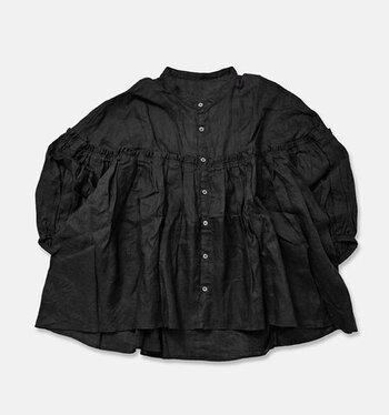 フレンチリネン素材のたっぷりボリューミーなブラウスは、太めのパンツにも、細身のものでもうまく着こなす事ができますよ。冬のシーズンはインナーに薄手のタートルを合わせても良さそうですね。