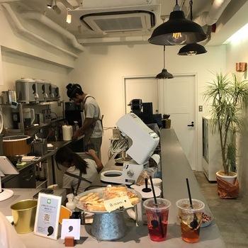 店内もシンプルで清潔感のある雰囲気。ドリンクは、注文を受けてから1杯ずつ作るのがこだわりです。