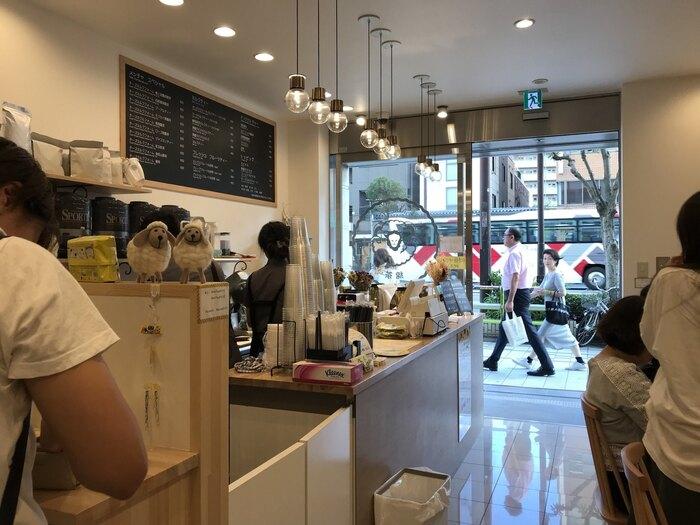お店の中は、白を基調とした明るくおしゃれな雰囲気。開放的なガラス戸の入口から、明るい光が降り注ぎます。トレードマークである羊のオブジェもチラリ♪