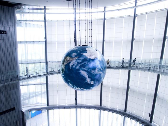 理科や科学に興味のあるお子さんにおすすめなのが「日本科学未来館」。新交通ゆりかもめの「東京国際クルーズターミナル駅(旧船の科学館駅)」から歩いて5分ほどの場所にあるので、お台場観光とセットで立ち寄ることも。無料ベビーカーの貸し出しや授乳室なども充実していて、お子さん連れでも1日ゆっくり過ごせます。