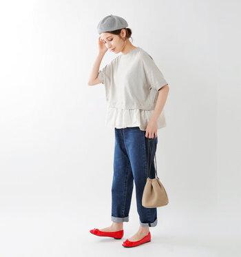ロールアップしたデニムパンツに、白のワイドフレアーカットソーを合わせた着こなし。足元は赤いパンプスで差し色をプラス。小物使いのバランスも参考にしたいコーディネートです。