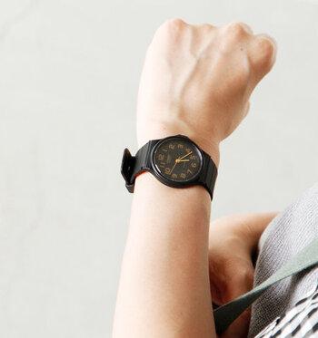 大きめのラウンドフェイスが男性的な印象を与えるカシオの腕時計。スタンダードデザインなのでどんな装いにも合わせやすく、コーディネートの幅が広がります。