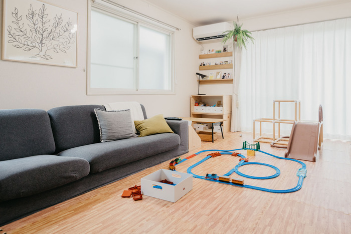 日本の住宅事情では、リビングといえど狭く感じることもありますよね。限られたスペースをいかに広く見せるか、レイアウトを工夫することも必要です。ポイントは、できるだけ床面が見えるようにすること。まとまった床面が見えるように家具を壁付けにしたり、脚付きの家具で床面を塞がないようにしたりします。