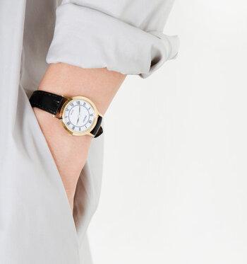 """マニッシュコーデのカギを握るのが""""紳士なアイテム""""です。時計、靴、バッグなど、装いのアクセントに取り入れることで、季節先取りのおしゃれコーデが手軽に叶いますよ。"""