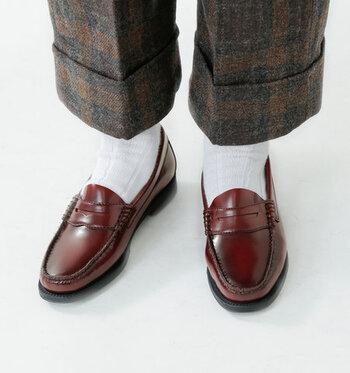 G.H.BASSのローファーは、シンプルな分、ストレートに質の良さが伝わり、まさに大人のための靴。カジュアルな装いもグッと品格が上がります。