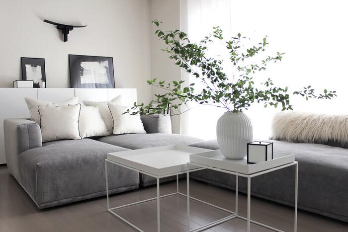 海外インテリアとしても人気の高い、ホワイトインテリアの実例です。白や明るいグレーで統一された空間は、狭いお部屋におすすめのスタイル。窓から入ってくる光を反射するため、実際よりも広く感じられる効果があります。