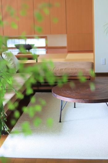 リビングの一角に和室や畳コーナーを設けるお宅も増えています。こちらの実例は、ぐっとシックな雰囲気の和モダンスタイルです。ソファやテーブルをロースタイルにすることとで、心から落ち着ける空間に。