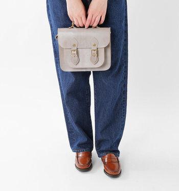 上質なブライドルレザーを贅沢に使用した小ぶりのバッグ。スクールテイストを残しつつ、英国ブランドらしいクラシックなイメージです。付属のストラップを使ってナナメ掛けも楽しめます。