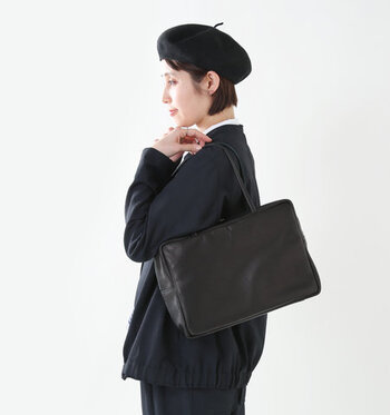 かっちりとした印象のスクエアバッグを、柔らかなレザー素材で穏やかに。プレーンなデザインだから、オフィスでもプライベートでも使いやすいですよ。