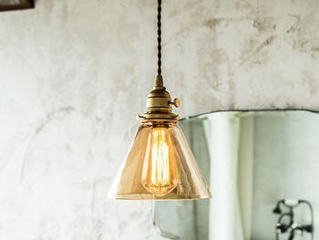 コードやチェーンなどで天井から吊り下げるタイプがペンダントライト。ダイニングテーブルの上に取り付けるのにぴったりの照明です。